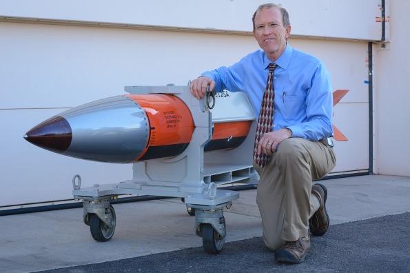 Phil Hoover, seorang jurutera di Sandia Makmal Nasional, menunjukkan badan ujian penerbangan untuk senjata nuklear B61-12, kecil tapi mampu memusnahkan sebuah bandar