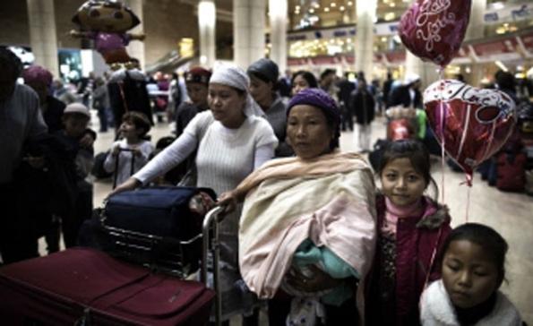 Pendatang Yahudi suku Bnei Menashe masyarakat Yahudi di Manipur, timur laut India, tunggu untuk bersatu semula dengan ahli keluarga mereka tiba di lapangan terbang Ben Gurion berhampiran Tel Aviv pada 24 Disember, 2012. (AFP)