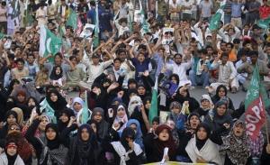 Syiah di Pakistan bersama bangun membuat demo mengecam Amerika dan Israel.