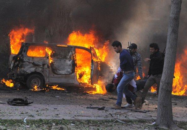 Associated Press / SANA - Gambar yang dikeluarkan oleh agensi berita rasmi Syria SANA, menunjukkan ejen keselamatan Syria membawa tubuh berikutan satu letupan yang besar yang menggemparkan pusat Damsyik, Syria, Khamis, Feb