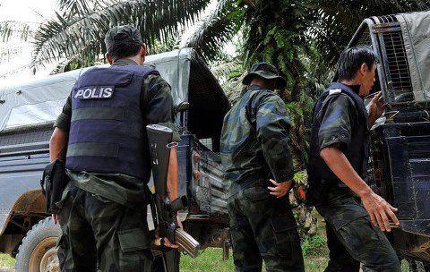 Anggota polis dari pos kawalan membawa 2 Polis yang terkorban terkena mortar