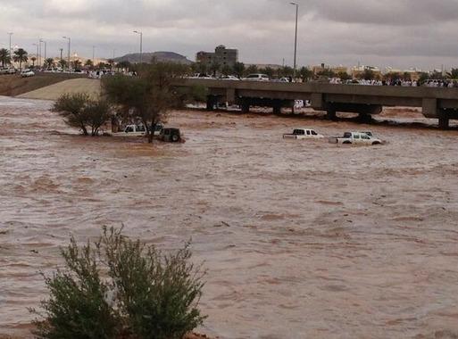 Banjir kuat, sabtu kemudian hujan batu melanda bandar Hael
