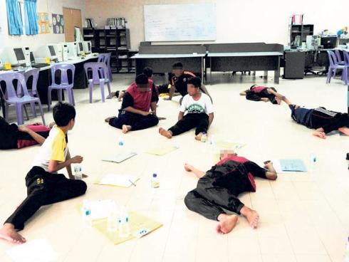 Sebahagian pelajar lelaki SMK Tok Sera kelihatan letih dan lesu selepas mereka diserang histeria di sekolah itu, petang semalam.