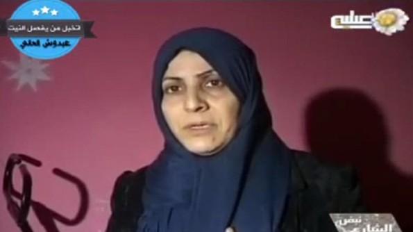 imej yang diambil dari video yang dimuat naik di YouTube dan disediakan oleh Al-Mosuliyah TV Iraq pada 23 Disember 2013, yang didakwa menunjukkan ibu dibunuh perempuan penyampai TV Iraq Nawras al-Nuaimi, bercakap kepada kamera, selepas bertemu pembunuh yang dikatakan anak perempuannya. (AFP)