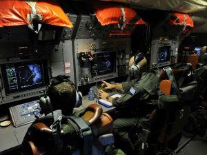 Anak kapal di atas kapal pesawat Tentera Udara Diraja Australia memantau instrumen mereka kerana mereka mencari yang hilang Malaysia Airlines Boeing 777 di Lautan India.