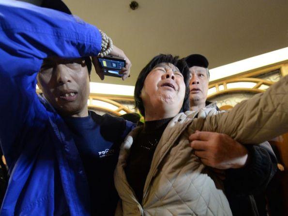 Seorang realtive penumpang di atas kapal hilang Malaysia Airlines jet menangis sebntar tadi di sebuah hotel di Beijing selepas mendengar berita bahawa pesawat itu terhempas ke dalam laut.