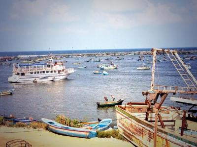 Sejam selepas gebncatan senjata, nelayan terus mengerakkan bot mereka menangkap ikan,, harap mereka dapat yang terbaik hari ini.