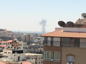 Jehadsaftawi - Sekarang: serangan udara baru di selatan bandar Gaza, saya mengambil gambar ini sekarang.