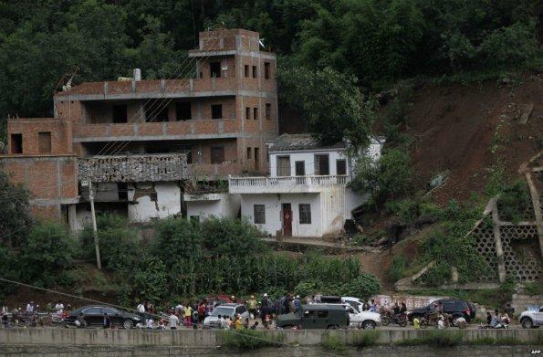 Penduduk berkumpul berhampiran rumah rosak berikutan gempa bumi di wilayah Yunnan - 3 Ogos 2014  Penduduk dipenuhi jalan-jalan selepas gempa bumi, yang tersingkir bekalan elektrik dan talian komunikasi.