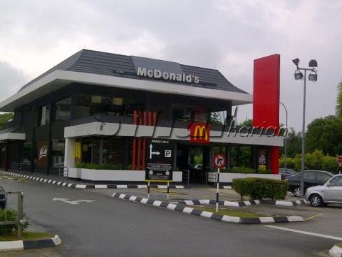 Salah sebuah premis McDonald's di Shah Alam kelihatan sunyi tanpa kehadiran pelanggan, hari ini. - Foto Sinar Harian Online oleh MUHAMMAD SHAMSUL ABD GHANI