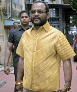 Parakh mengambil peluang berjalan-jalan di Mumbai pada Rabu, dengan pengawal peribadi beliau yang hampir disamping beliau