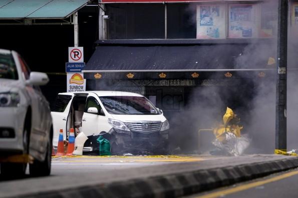 Skuad bom polis meletupkan bom tangan tangan kedua di luar kelab malam Cherry Blossom di Jalan Bukit Bintang pada hari Khamis.