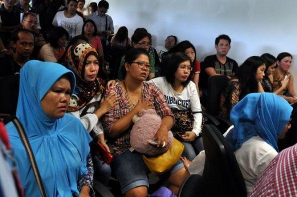 Keluarga penumpang AirAsia QZ8501 next of kin , menunggu nunggu berita terkini di Bandara Juanda airport Surabaya