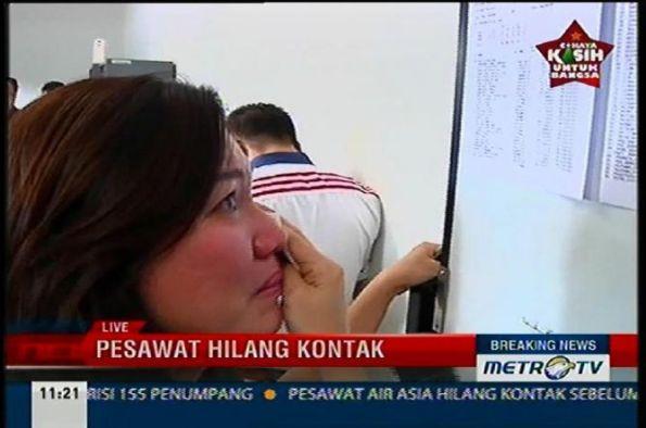 Pesawat AirAsia Hilang, Tangisan memecah sunyi di Bandara Juanda Airport supabaya