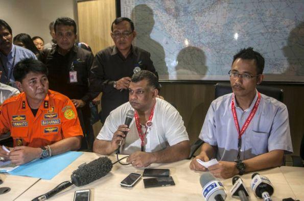 """Chief Executive Officer (CEO) AirAsia Tony Fernandes menyerahkan proses pencarian pesawat kepada tim search and rescue (SAR). AirAsia pun mengaku siap bekerja sama dengan Badan SAR Nasional (Basarnas). """"Saya menyerahkan seluruhnya kepada tim yang melakukan pencarian. Biarkan tim search and rescue bekerja untuk menemukan pesawat,"""" ujar Tony dalam konferensi pers di Bandar Udara Juanda, Surabaya, Jawa Timur, Minggu (28/12/2014) malam."""