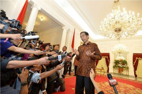 "Presiden Joko Widodo meminta seluruh masyarakat Indonesia mendoakan keselamatan kru dan penumpang pesawat AirAsia QZ8501. Pesawat tersebut hilang kontak lebih dari 10 jam. ""Kita berdoa semuanya, saya dan seluruh rakyat Indonesia kita berdoa untuk keselamatan kru dan penumpang QZ 8501,"" kata Jokowi dalam kunjungan kerjanya ke Wamena, Papua, Minggu (28/12/2014)."
