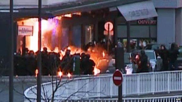 Polis menyerbu pasaraya Vincennes pada petang Jumaat GIGN polis membalas pengganas membawa pengakhiran krisis yang bermula 53 jam lebih awal dengan serbuan bersenjata di majalah Charlie Hebdo Paris.