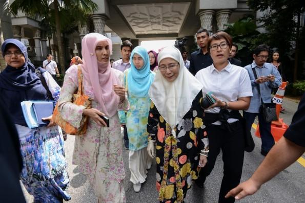 Datuk Seri Dr Wan Azizah Wan Ismail bersama anaknya Nurul Izzah meninggalkan Istana Kehakiman. Beliau mengakui bukan mudah mengumpulkan semula kekuatan selepas Datuk Seri Anwar Ibrahim dijatuhkan hukuman penjara lima tahun hari ini. – Gambar The Malaysian Insider