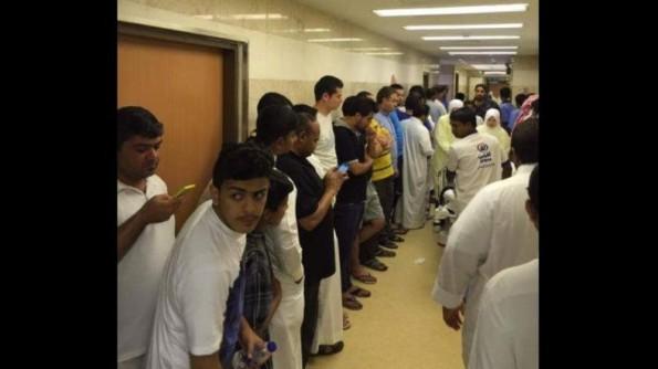 Sukarelawan mengerumuni hospital di Makkah di mana jemaah cedera akibat kren keruntuhan Masjidil Haram yang telah diterima. (media sosial)