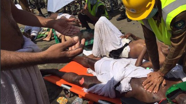 Rakaman dari tempat kejadian menunjukkan orang berbaring di atas lantai sementara krew kecemasan cenderung untuk mereka yang cedera.